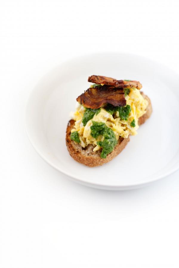 1823  600x pici e castagne uova strapazzate con pancetta e pesto alla rucola   Foto