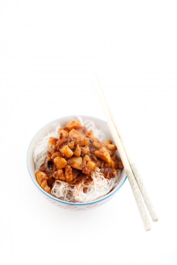 1833  600x pici e castagne vermicelli di riso con calamari affumicati piccanti   Foto
