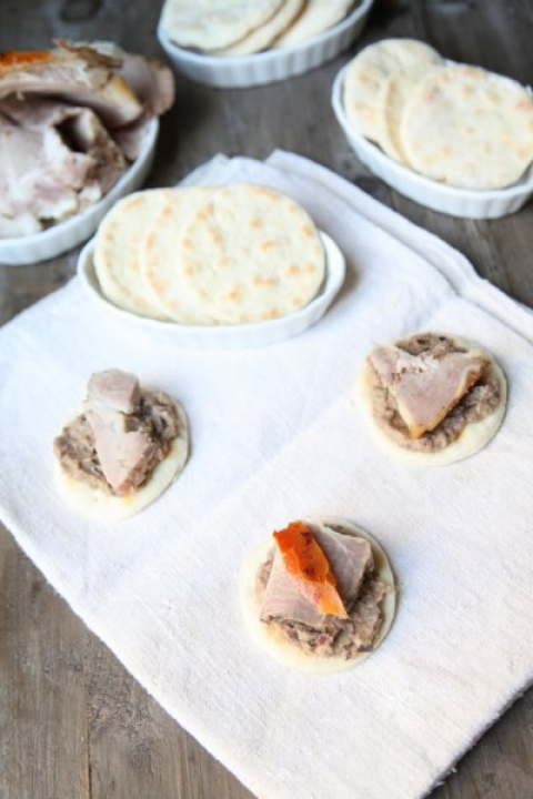 593  960x720 pici e castagne piadina con crema di melanzane e olive e porchetta   Foto