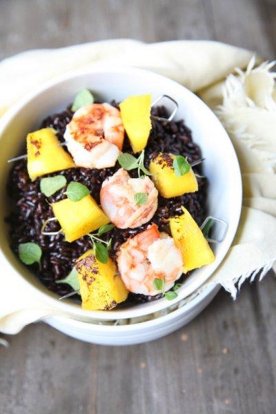 pici-e-castagne-riso-nero-con-spiedini-di-gamberi-e-mango-2