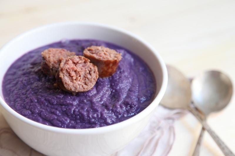 pici-e-castagne-zuppa-di-cavolo-cappuccio-viola-con-mele-e-salsiccia-2