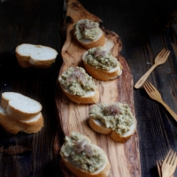 "<span class=""corsivo""> The Perfect Bite </span> : :  CROSTINI CON CECI ED ARINGA AFFUMICATA"