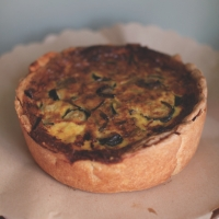 "<span class=""corsivo""> The Perfect Bite </span> : : QUICHE CON GERMOGLI DI AGLIO E ZUCCHINE"